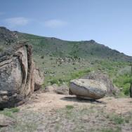 Bolovanii de granit se dezagrega la soare - Muntii Macin