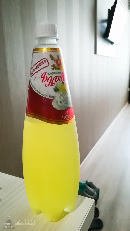 """Limonada cu frisca si vanilie. Mai bine spus """"suculete"""" cu frisca si vanile. Lamaia lipsea."""