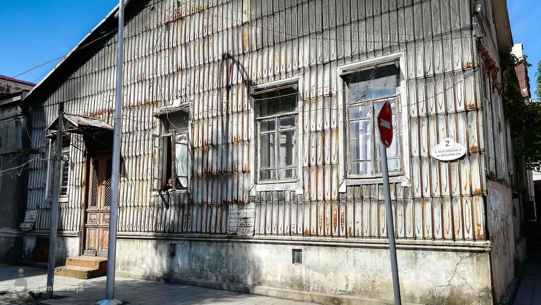 Cea mai faina casa veche pe care am vazut-o. Tabla peste tot.