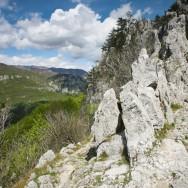Aici traseul intra in chei --- Cheile Tasnei-Valea Cernei, Muntii Mehedinti
