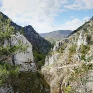 De-a lungul cheilor, portiunea superioara --- Cheile Tasnei-Valea Cernei, Muntii Mehedinti