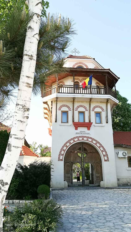 Intrarea in Manastirea Dervent