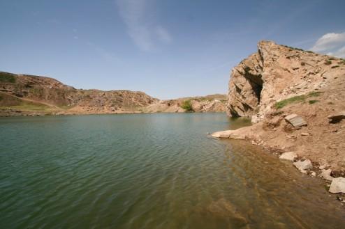 Pereti abrupti de granit - Lacul Iacobdeal - Turcoaia - Muntii Macin
