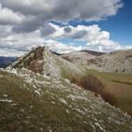 Poiana Porcului si culmile ce o despart de abruptul spre Valea Cernei - Poienile de Sus ale Cernei