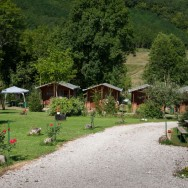 Aleea pietruita de la intrarea in camping - Pensiune Camping Gyopar