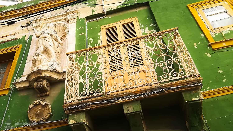 Balconas tipic maltez - putina culoare, o statueta si ceva fier forjat