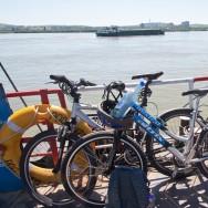 prin_Dobrogea_Calarasi_Ostrov_Dervent_cu_bicicletele_pe_bac_001