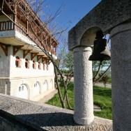 prin_Dobrogea_Calarasi_Ostrov_Dervent_curte_interioara_manastire_Dervent_010