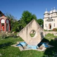 prin_Dobrogea_Calarasi_Ostrov_Dervent_curte_interioara_manastire_Dervent_012