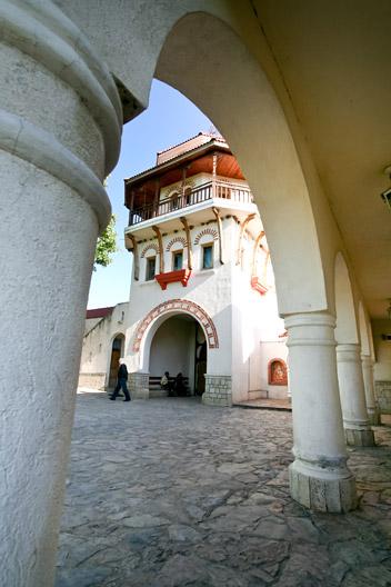 prin_Dobrogea_Calarasi_Ostrov_Dervent_curte_interioara_manastire_Dervent_015