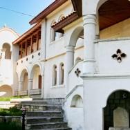 prin_Dobrogea_Calarasi_Ostrov_Dervent_curte_interioara_manastire_Dervent_017