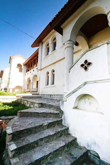 prin_Dobrogea_Calarasi_Ostrov_Dervent_curte_interioara_manastire_Dervent_018