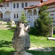 prin_Dobrogea_Calarasi_Ostrov_Dervent_curtea_interioara_manastire_006